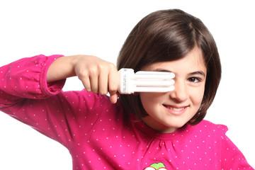 bambina con lampadina ecologica