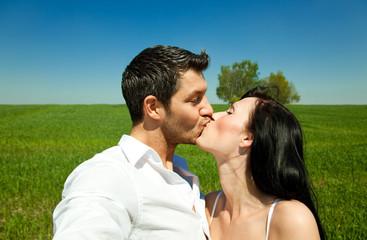 sommer paar beim küssen