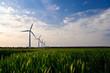 Windpark unter blauem Himmel