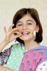 bambina con fiore in bocca - margerita