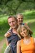 Famille en promenade dans la nature