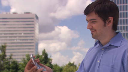 junger mann gibt telefon an junge frau