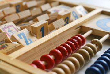 gioco di legno con numeri e lettere