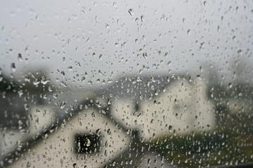 Regentropfen an Fensterscheibe