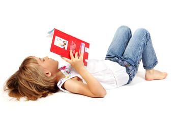 Freisteller: liegendes Mädchen mit Buch