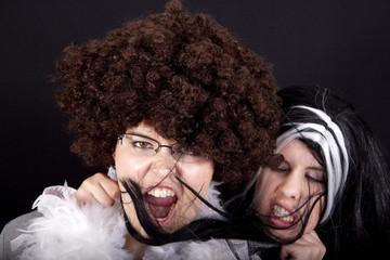 Zwei Frauen mit Perücke