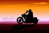 motociclista al tramonto sulla città poster