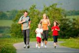 Familie joggt in der Natur