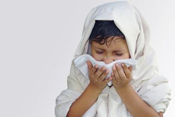Niña estornudo gripe