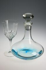 decantador azul y vaso