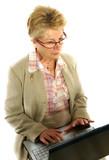 retraitée active sur son ordinateur portable poster