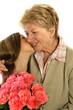 un bisou entre une fillette et sa grand-mère