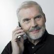 homme âgé souriant au téléphone