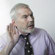 homme mature écoutant