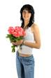 jeune fille brune au bouqet de roses