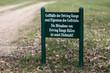 Schild am Rande eines Golfplatzes