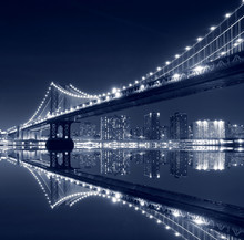 Manhattan Bridge und Manhattan Skyline bei Nacht