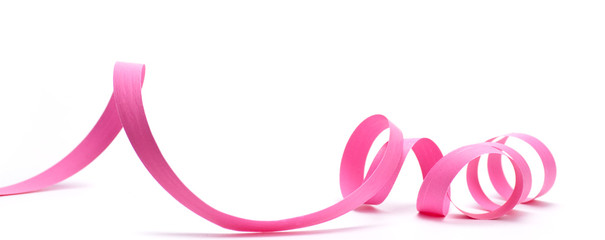 image d'un ruban de cadeau rose détouré sur fond blanc