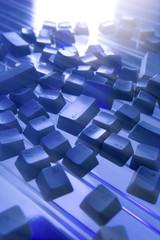 Computertasten lose auf blauem Untergrund