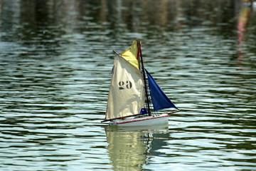 barca a vela giocattolo sull' acqua