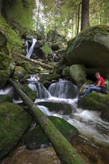 Wasserfall in Niederösterreich mit lachender Wanderin Hochformat