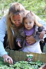 mère et son bébé au jardin