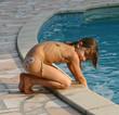 jouer avec l'eau au bord de la piscine 3