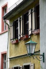 altes Haus mit Laterne