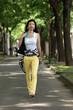 Junge Frau geht spazieren.