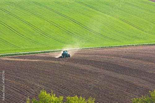 Leinwandbild Motiv Traktor auf Ackerland