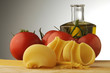 Conchiglioni con spaghetti , pomodori e olio di oliva