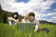 Junge Leute mit Laptop in Wiese # II