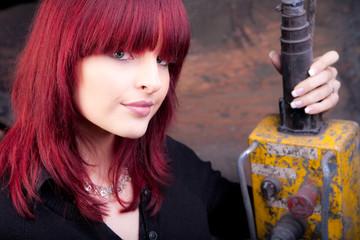 hübsches model mit roten haaren bedient kran