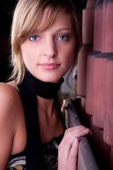 blondes model in gießerei