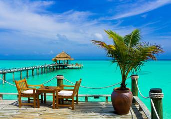 Cafe nad lazurowym tropikalnym morzem