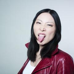 femme asiatique tirant la langue