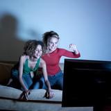 jeunes femmes joyeuses regardant la  tv