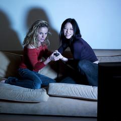 femmes se disputant pour la télévision