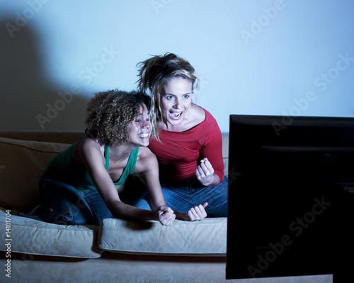 jeunes filles excitées regardant la télévision