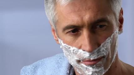 mann rasiert sich schaum gesicht