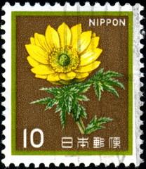Nippon. japon. Fleur jaune. Timbre postal oblitéré.