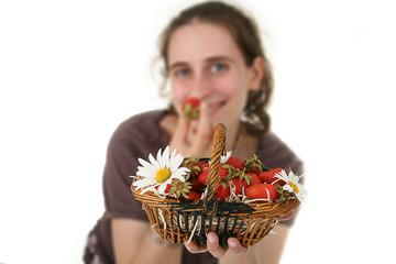 jeune femme complice qui mange des fraise