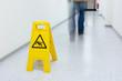 Warnschild für glatten Fußboden