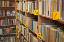 Regalen der Bücher in der Bibliothek (flache Fokus)