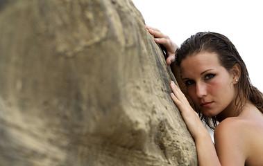 modella sulla roccia