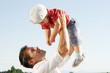 Vater spielt mit seinem Sohn