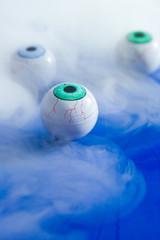 kuenstliche Augen auf blau mit Nebel,Symbolfoto