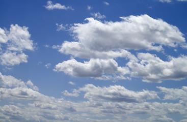 nubes sobre cielo azul