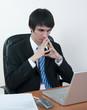 homme d'affaires attentif devant son ordinateur