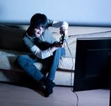 jeune homme jouant aux jeux vidéos